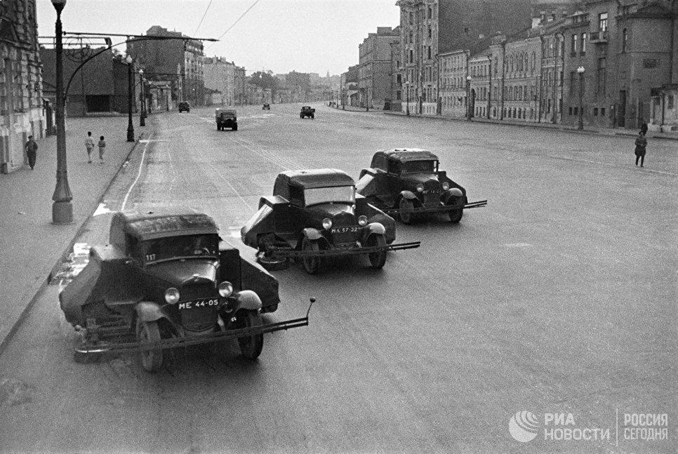 Уборка московских улиц. Поливально-уборочные машины ПУ-7 на шасси ГАЗ-ММ, 1938 год