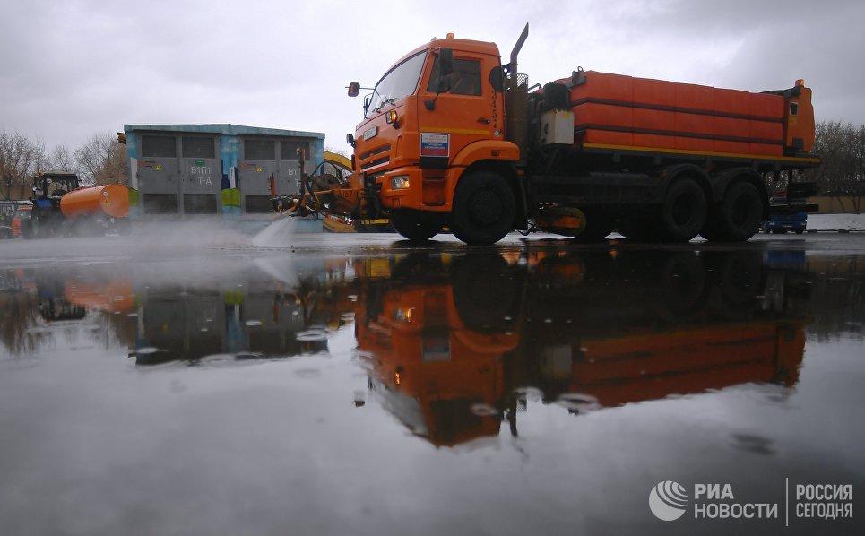 Спецтехника коммунальной службы во время подготовки к летнему сезону в Москве
