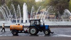 Поливальная машина на территории Центрального парка культуры и отдыха имени М.Горького. Архивное фото
