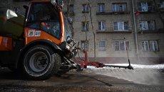 Спецтехника коммунальной службы во время мойки тротуара в Юго-Восточном административном округе города Москвы