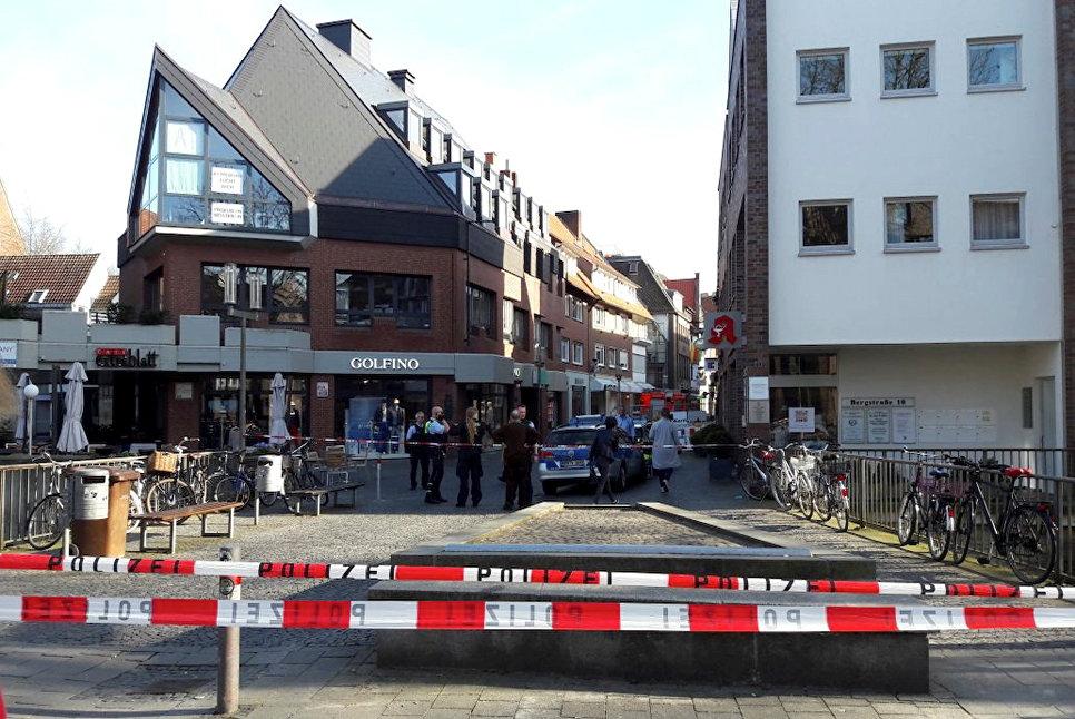 Полиция рядом с местом, где автомобиль въехал в толпу людей в Мюнстере, Германия. 7 апреля 2018