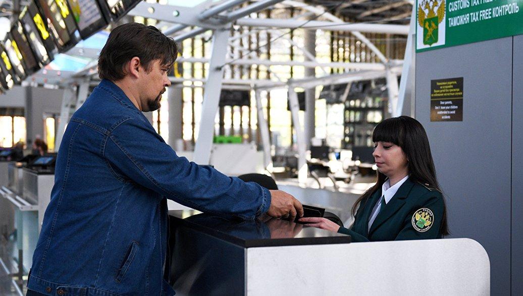 Сотрудница таможенного контроля в зоне Tax Free аэропорта города Сочи