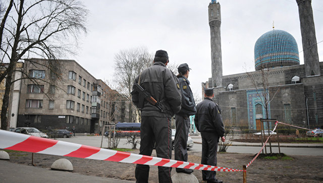 Полицейские около мечети в Санкт-Петербурге. Архивное фото