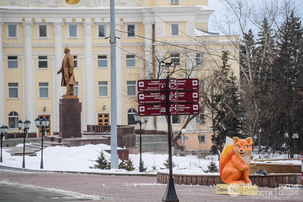Указатели в Ленинском сквере в Саранске