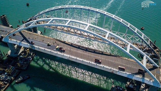 Укладка асфальтобетона на автодорожной арке Крымского моста. Архивное фото