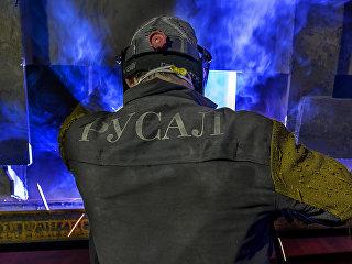 Сотрудник компании Русал во время работы