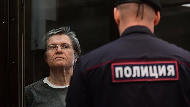 Суд в Москве рассмотрит просьбу приставов о снятии ареста с денег Улюкаева