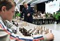 Двенадцатый чемпион мира по шахматам Анатолий Карпов (в центре) во время сеанса одновременной игры на открытом шахматном фестивале в рамках Красноярского экономического форума