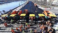 Ремонт дорожного полотна на Фрунзенской набережной в Москве
