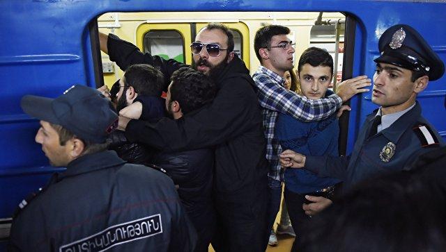 Участники акции гражданского неповиновения блокируют вагон Ереванского метрополитена. 16 апреля 2018