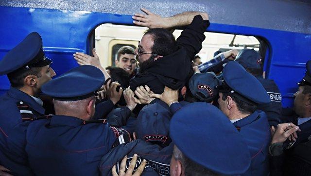 Сотрудники правоохранительных органов разблокируют вагон Ереванского метрополитена, заблокированный участниками акции гражданского неповиновения. 16 апреля 2018