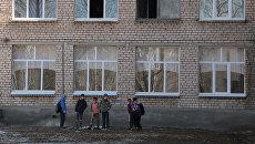 Подростки у здания общеобразовательной школы №1 в Стерлитамаке, где ученик коррекционного класса напал с ножом на учительницу и поджег класс информатики. Архивное фото
