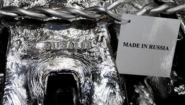 Алюминиевый слиток в литейном цехе завода Русал в Красноярске. Архивное фото