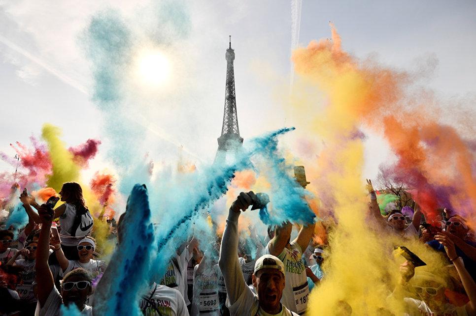 Люди после Красочного забега в Париже