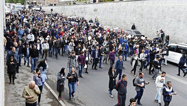 Участники акции протеста против избрания премьер-министром Армении бывшего президента Сержа Саргсяна в Ереване. 20 апреля 2018