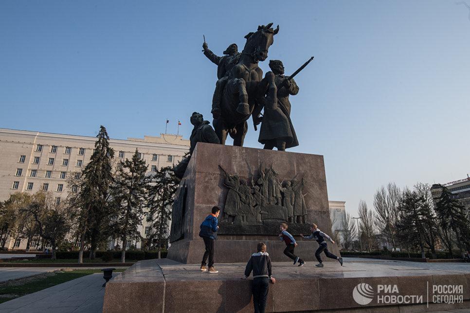 Монумент Первоконникам на площади Советов в Ростове-на-Дону