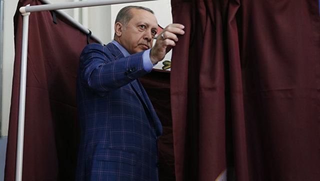 Президент Турции Реджеп Тайип Эрдоган на одном из избирательных участков Стамбула. Архивное фото