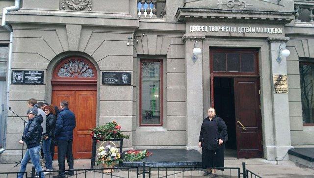 Мемориальная доска Олега Табакова на здании Дворца творчества детей и молодежи в Саратове