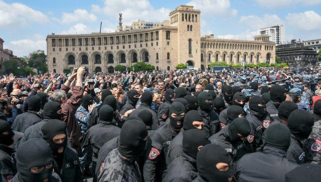 Во время акции протеста в Ереване. 22 апреля 2018