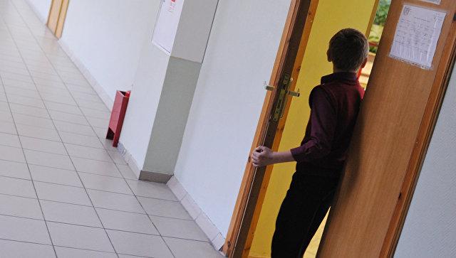 Ученик в школьном коридоре. Архивное фото