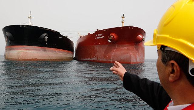 Нефтяные танкеры у нефтедобывающей платформы в районе иранского острова Харк в Персидском заливе