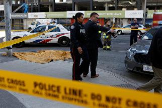 На месте инцидента с наездом фургона на пешеходов в Торонто