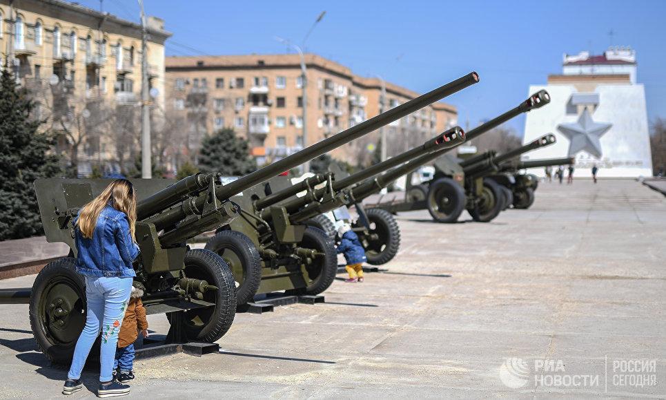 На территории музея-заповедника Сталинградская битва в Волгограде. На заднем плане - памятный мемориал Золотая звезда