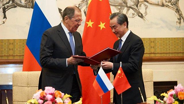 Министр иностранных дел РФ Сергей Лавров и Министр иностранных дел Китая Ван И после подписания Плана консультаций между МИД России и МИД Китая, Пекин, 23 апреля 2018