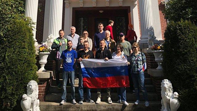 Сотрудники властей США осматривают территорию генконсульства Российской Федерации вСиэтле