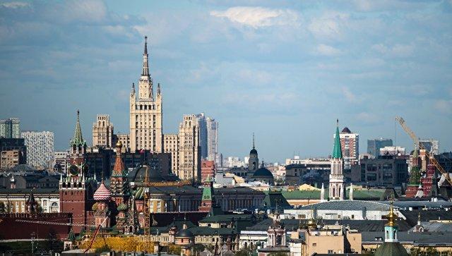Московский Кремль и жилой дом на Кудринской площади в Москве. Архивное фото