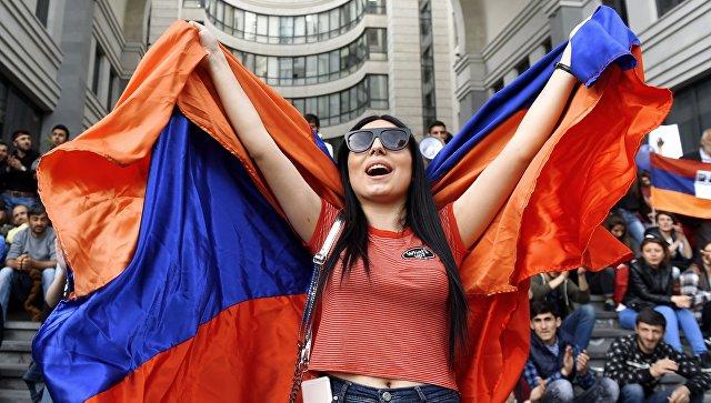 Участница акции протеста сторонников оппозиции в Ереване