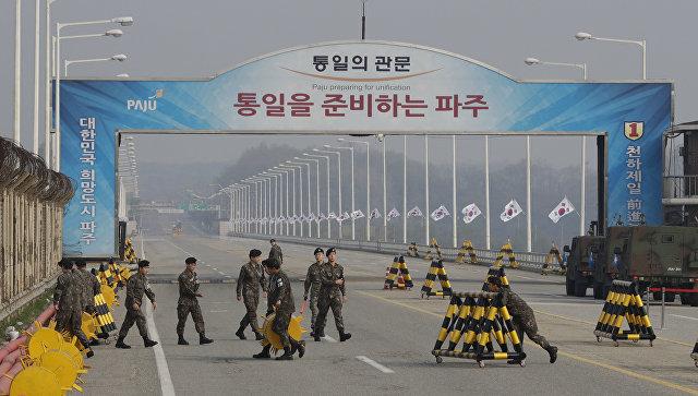 Южнокорейские солдаты на демаркационной линии перед встречей лидеров КНДР и Южной Кореи