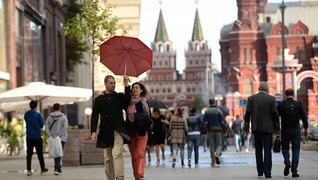 Прохожие на Охотном ряду в Москве