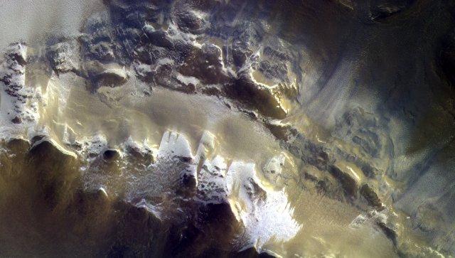 Цветная фотография кратера Королева, полученная камерой зонда ЭкзоМарс-TGO