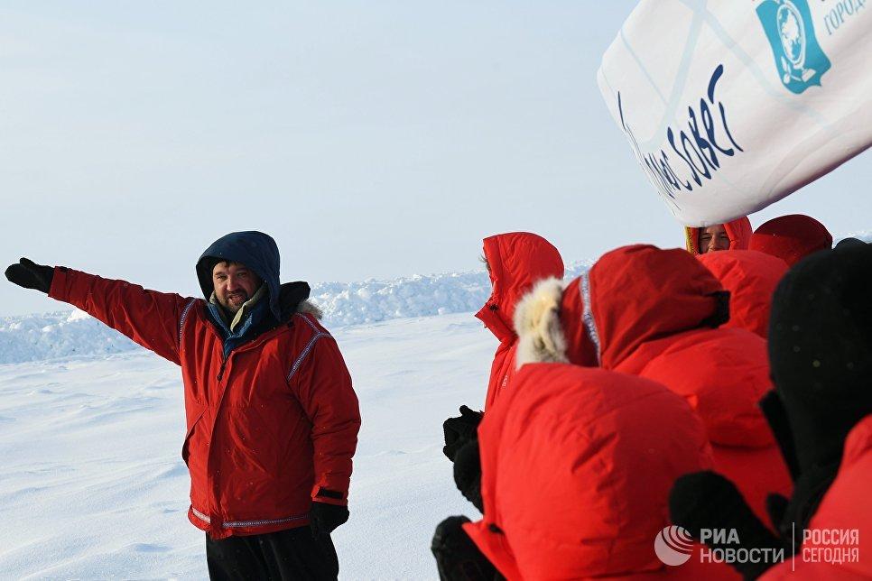 Полярник Матвей Шпаро (слева) и участники 10-й Большой арктической экспедиции под его руководством на Северном полюсе.