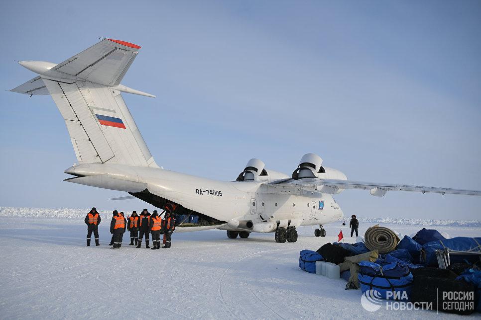 Сотрудники базы Барнео загружают оборудование в самолет.