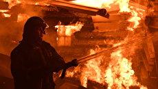 Сотрудник МЧС во время тушения пожара. Архивное фото