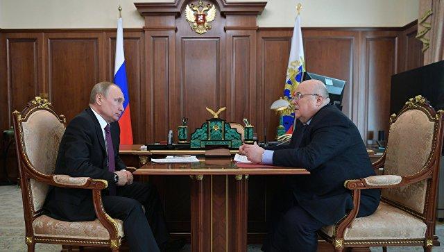 Президент РФ Владимир Путин и председатель Союза театральных деятелей РФ Александр Калягин во время встречи. 28 апреля 2018
