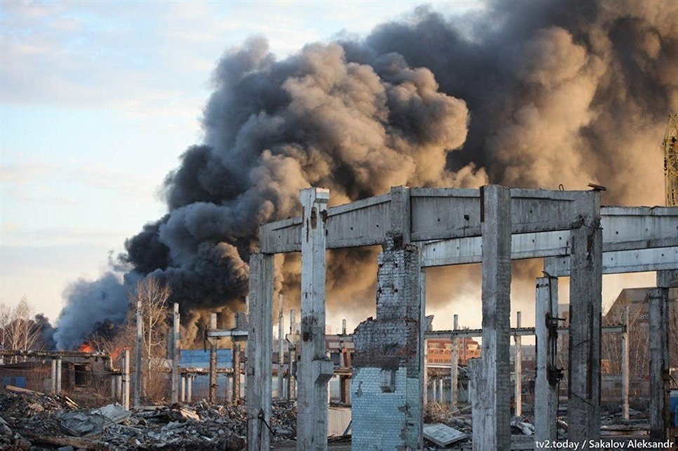В центре Томска загорелся ангар