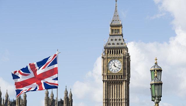 Флаг Великобритании на фоне Вестминстерского дворца в Лондоне. Архивное фото