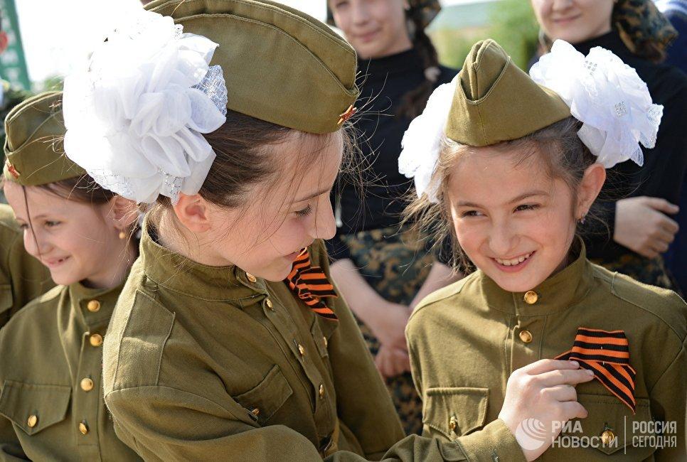Участники всероссийской акции Георгиевская ленточка у Мемориального комплекса Славы имени Ахмата Кадырова в Грозном