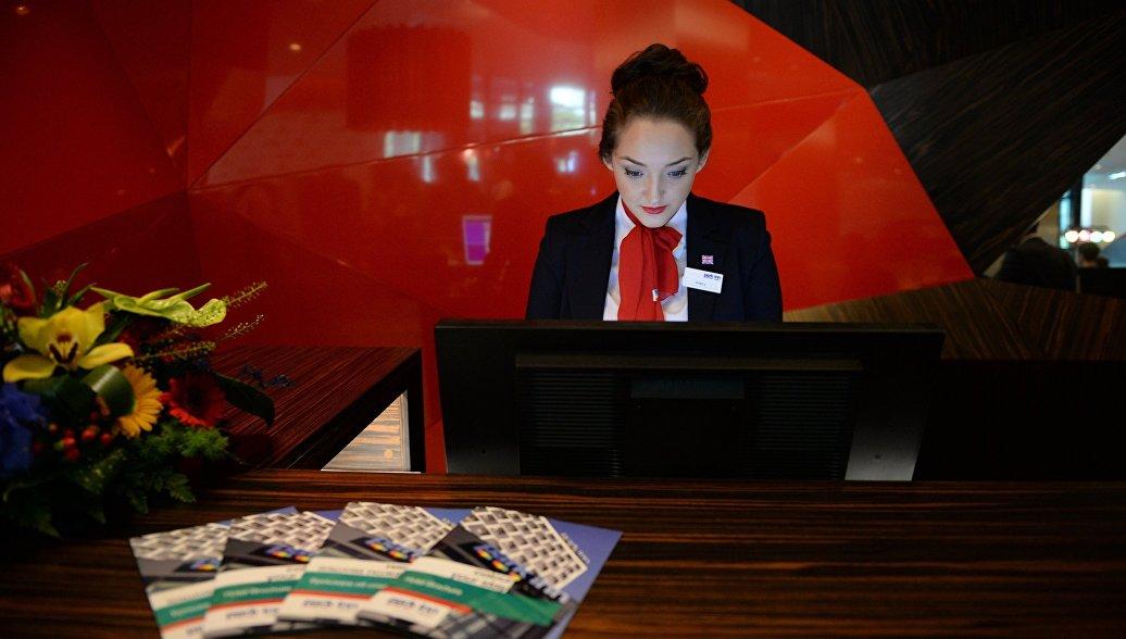 Сотрудница отеля Park Inn by Radisson на стойке регистрации.