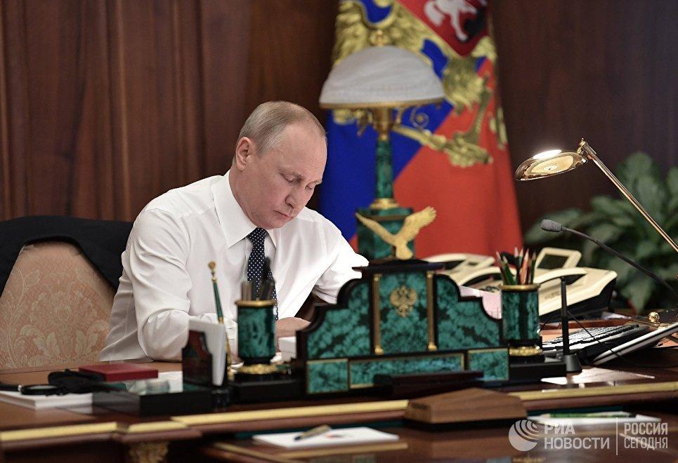 Избранный президент РФ Владимир Путин в рабочем кабинете перед церемонией инаугурации в Кремле