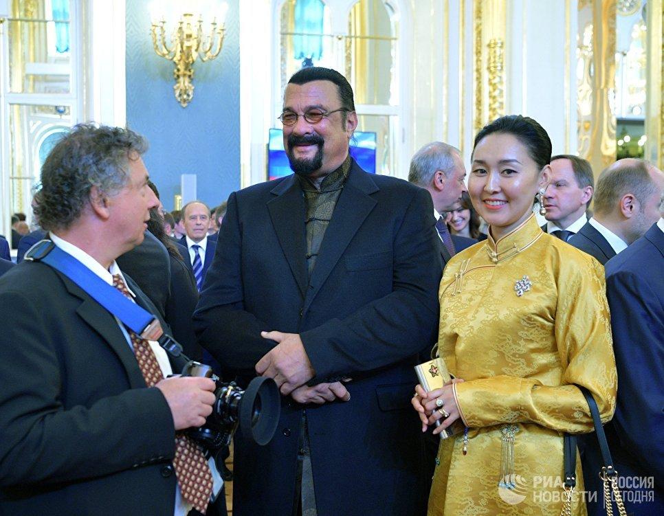 Американский актёр Стивен Сигал с супругой Эрдэнэтуе Бацук перед началом церемонии инаугурации избранного президента РФ Владимира Путина в Кремле