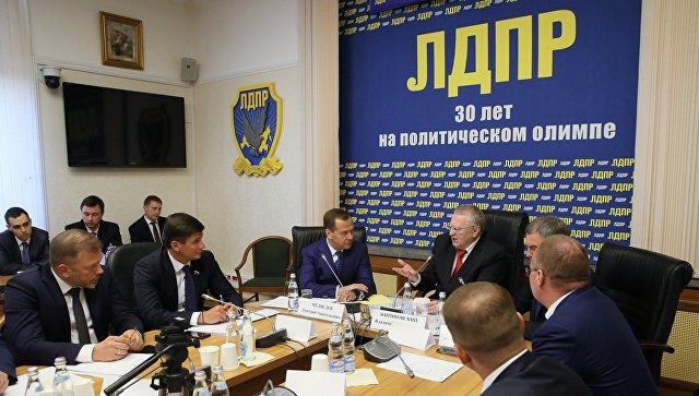 Дмитрий Медведев и руководитель фракции ЛДПР Владимир Жириновский во время встречи в Государственной Думе РФ. 7 мая 2018