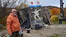 Михаил Орешета у памятника морским пехотинцам в Лиинахамари