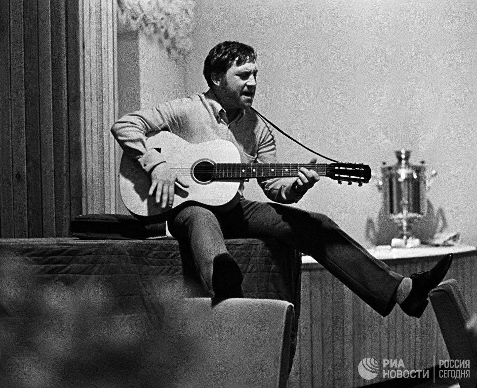 Владимир Высоцкий во время закрытия театрального сезона 1968 года в Театре драмы и комедии на Таганке. Москва, 1968 год