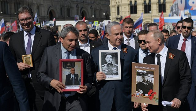 Президент РФ Владимир Путин, премьер-министр Израиля Биньямин Нетаньяху и президент республики Сербии Александр Вучич принимают участие в акции Бессмертный полк