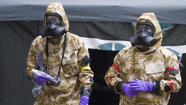 Военные в защитных костюмах в Солсбери. Архивное фото
