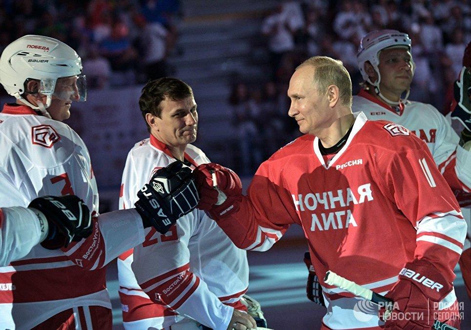 Президент РФ Владимир Путин принимает участие в гала-матче Ночной хоккейной лиги в Сочи. 10 мая 2018